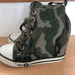 Army print guess wedges